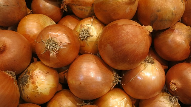 Mass of brownish yellow onions.
